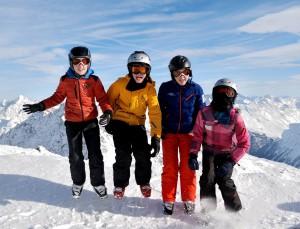 Een vreugdesprong voor Thomas, als dank voor alle lessen. Het skiën in Solden ging TOP!! (voor de kinderen tenminste) Maarten en Sanne van Gils en Job en Jonna van Druten — met Jolie Dijkers.